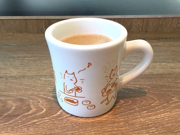 猫のマグカップに入った飲み物