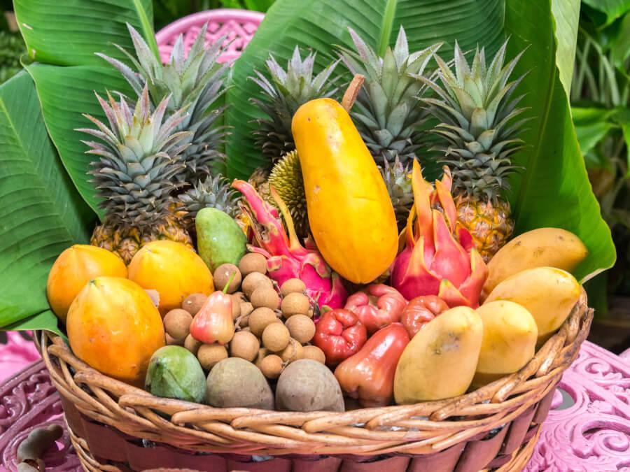 かごに盛られたフルーツ