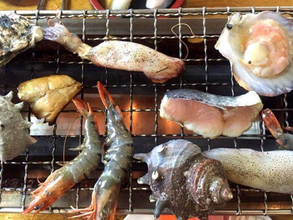 網で焼かれた海産物