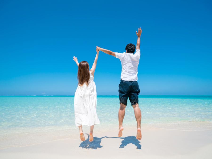 砂浜ではしゃぐカップル